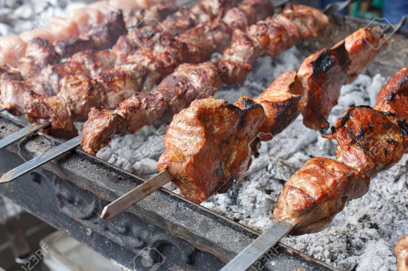 recherche de véritables classique meilleur endroit Grillé cuisson kebab à la broche métallique. viande rôtie cuit au barbecue.  Barbecue boeuf fraîche tranches de côtelette. plat orientale ...
