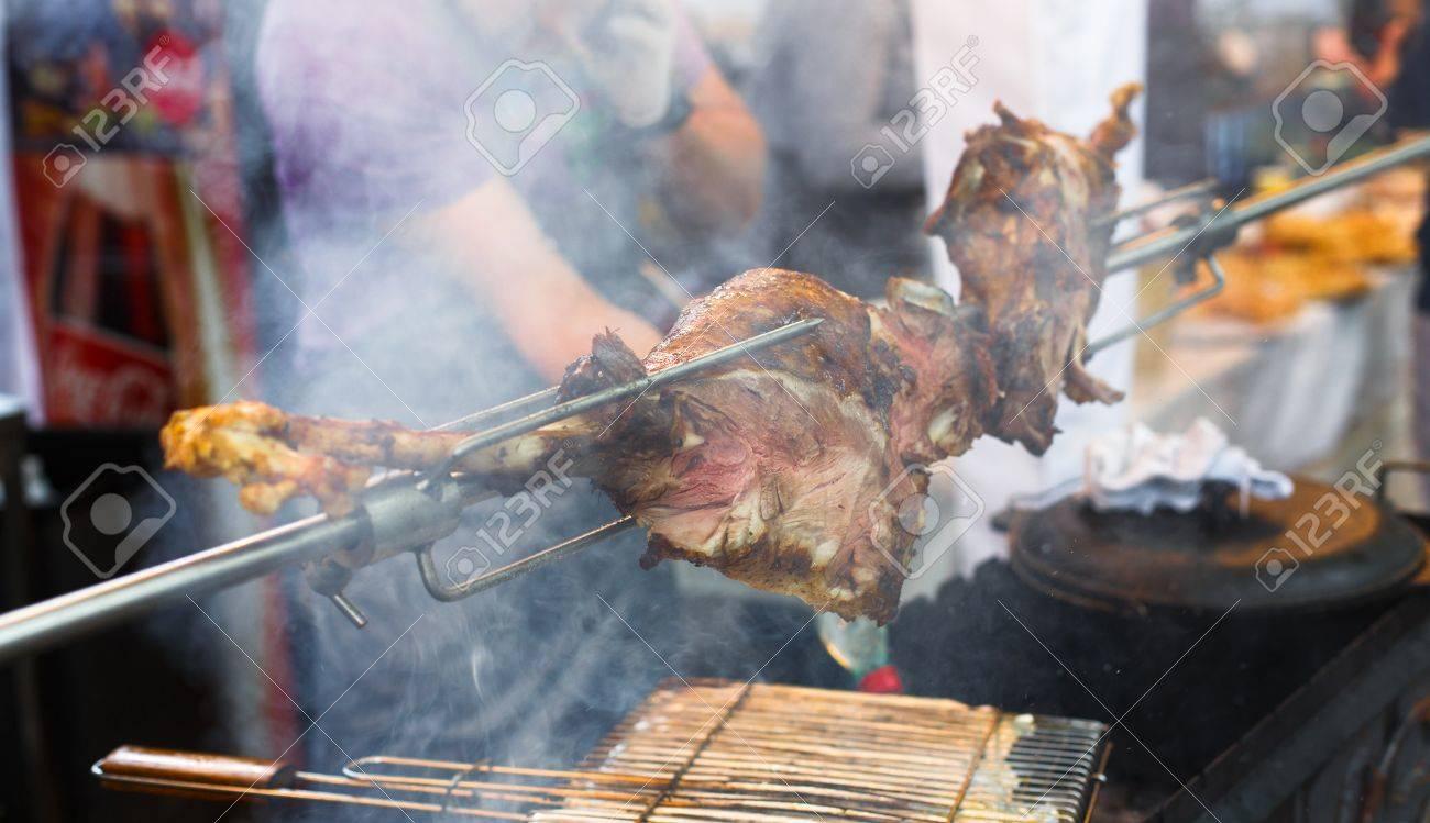 Barbacoa De Carne De Picnic En La Feria Del País. Pierna De Cordero ...