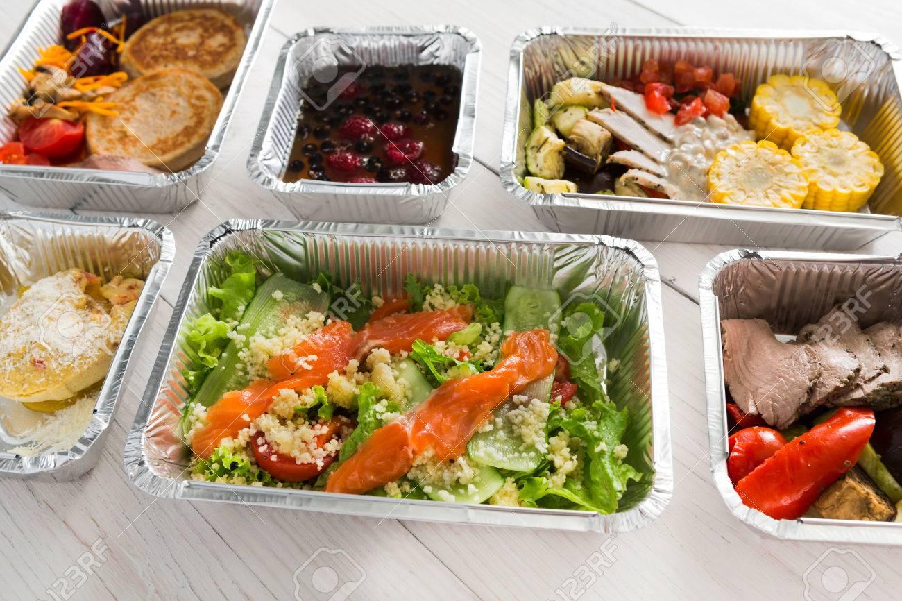 Entrega De Comida Sana, La Ración Diaria. Platos De Dieta Baja En ...