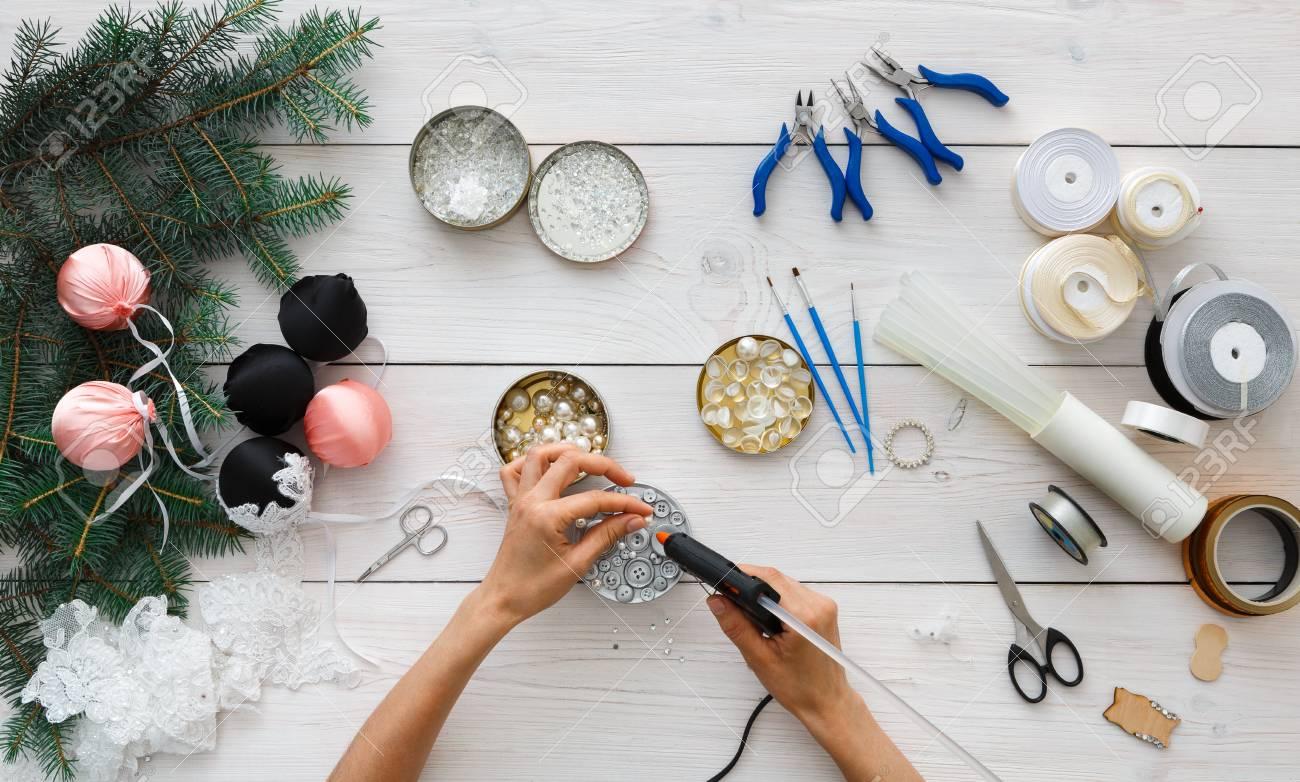 Boule De Noel à Faire.Loisirs Créatif Bricolage Faire Des Boules De Noël Artisanales Loisir De La Femme Outils Pour Créer Des Décorations De Fête Pinces Pistolet à