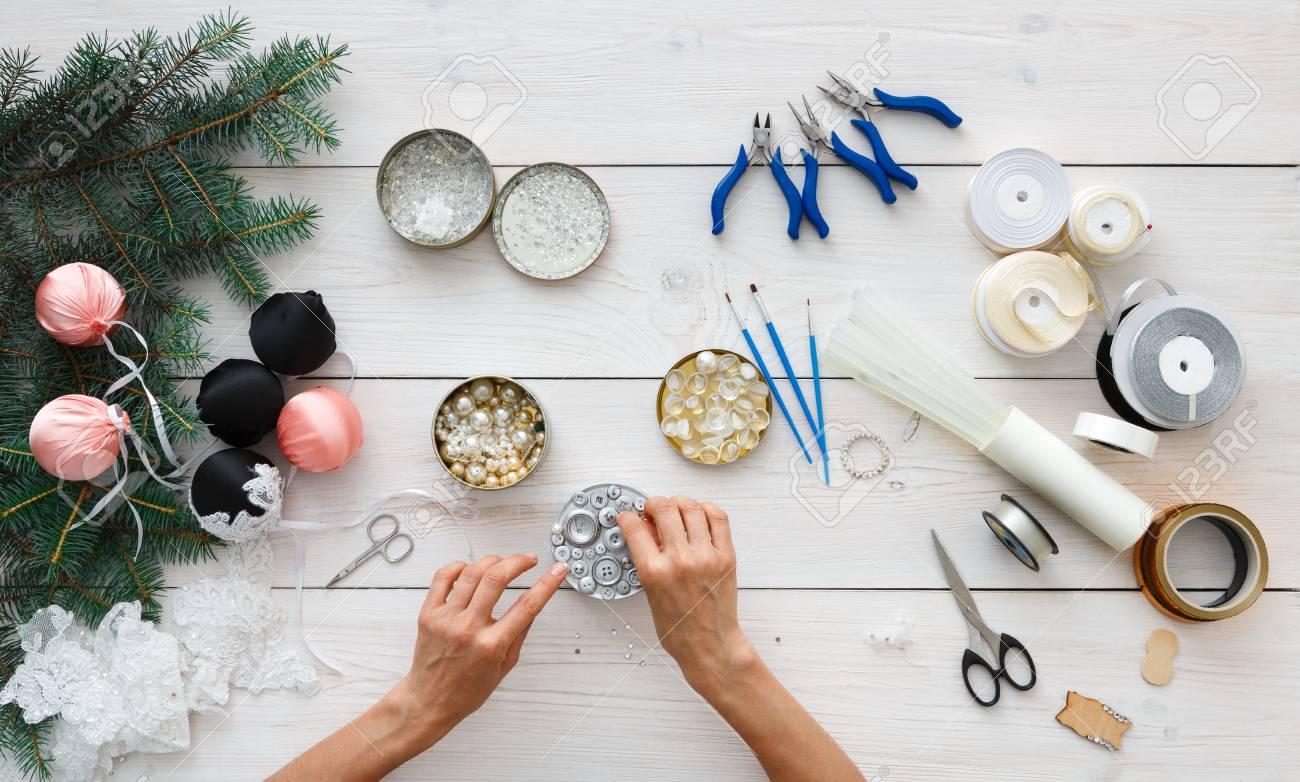 Faire Des Boules De Noël Faites à La Main. Le Loisir Féminin, Des