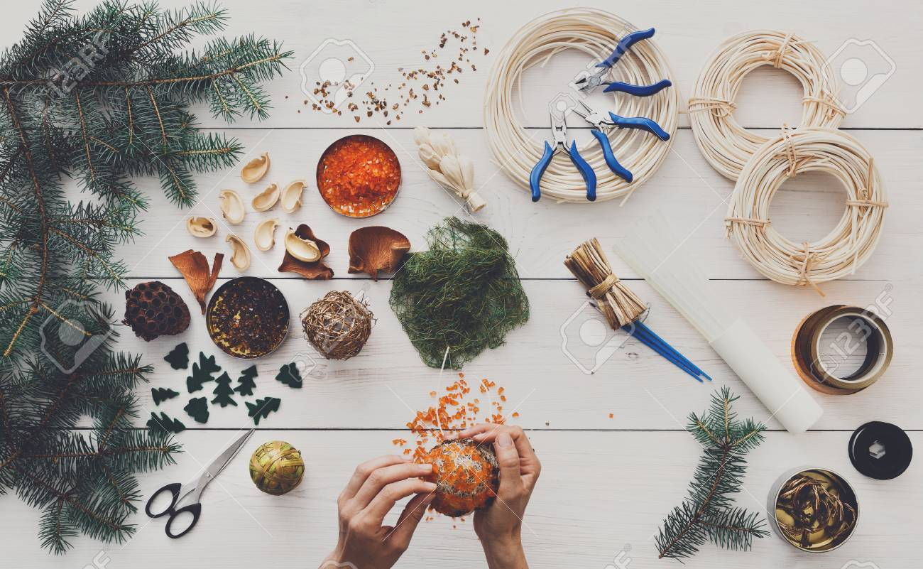 Manualidades Navidad Guirnaldas.Pasatiempo Creativo Del Arte Diy Hacer Manualidades Adornos Guirnaldas Y Bolas Del Arbol De Navidad Ocio En El Hogar Herramientas Y Adornos Para