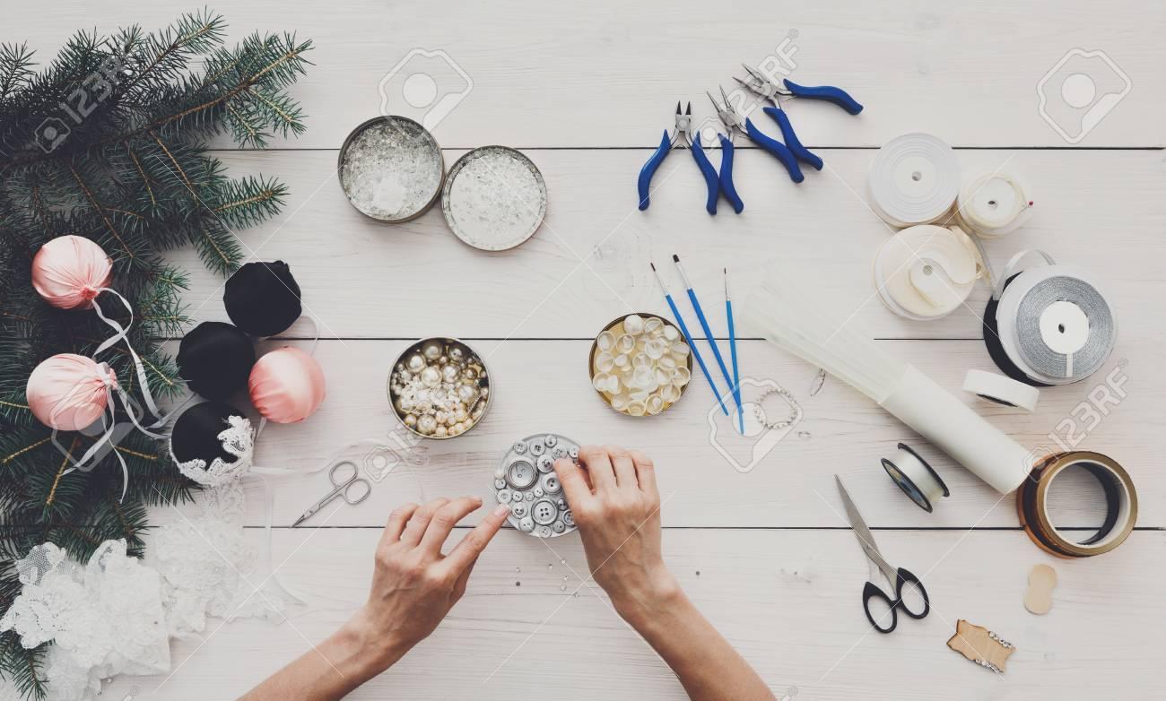 Faire Des Boules De Noël à La Main. Loisirs Féminins, Outils De
