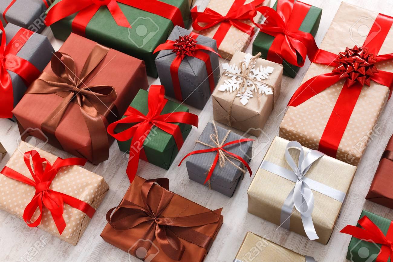 Viele Geschenkboxen Auf Weißem Hintergrund. Geschenke In Handwerk ...