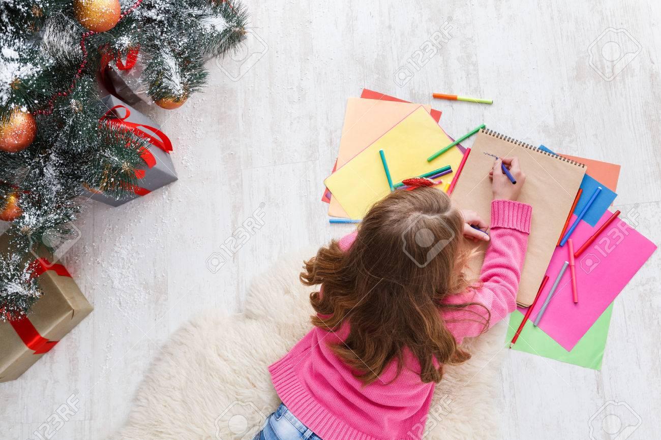 Rédaction Lettre Au Père Noël. Belle Fille Fait La Liste De