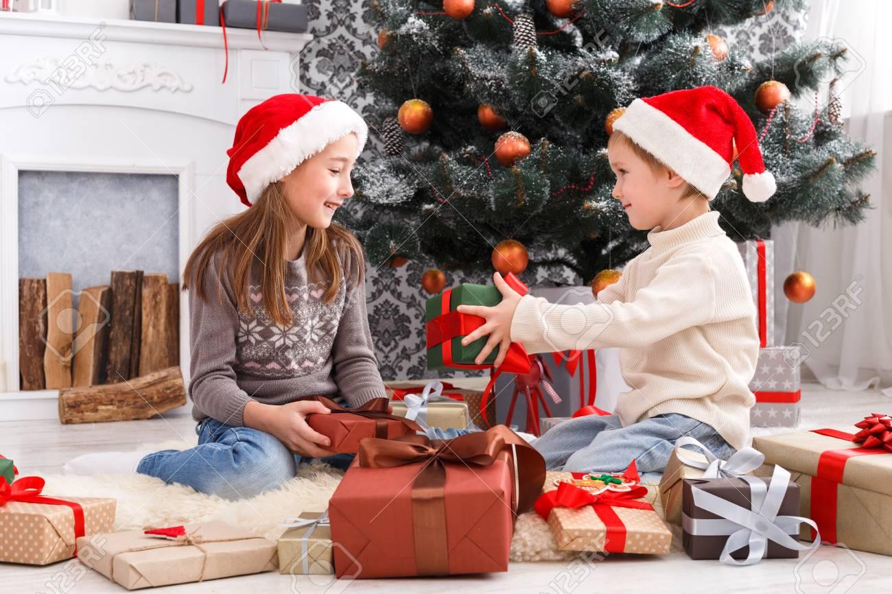 Nette Glücklich Aufgeregt Kinder, Junge Und Mädchen In Santa Hüte ...