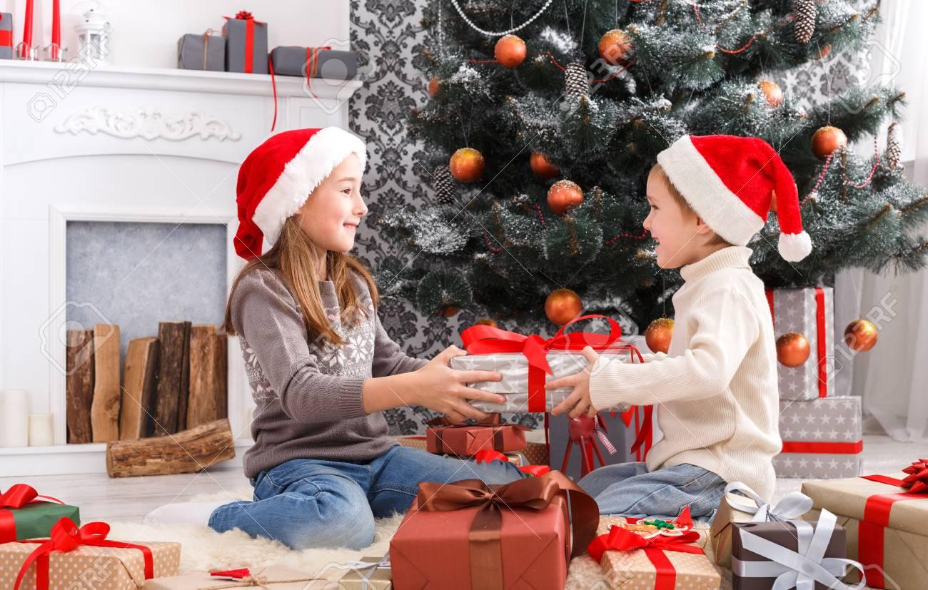 Nette Glückliche Aufgeregte Kinder, Junge Und Mädchen In Sankt-Hüten ...