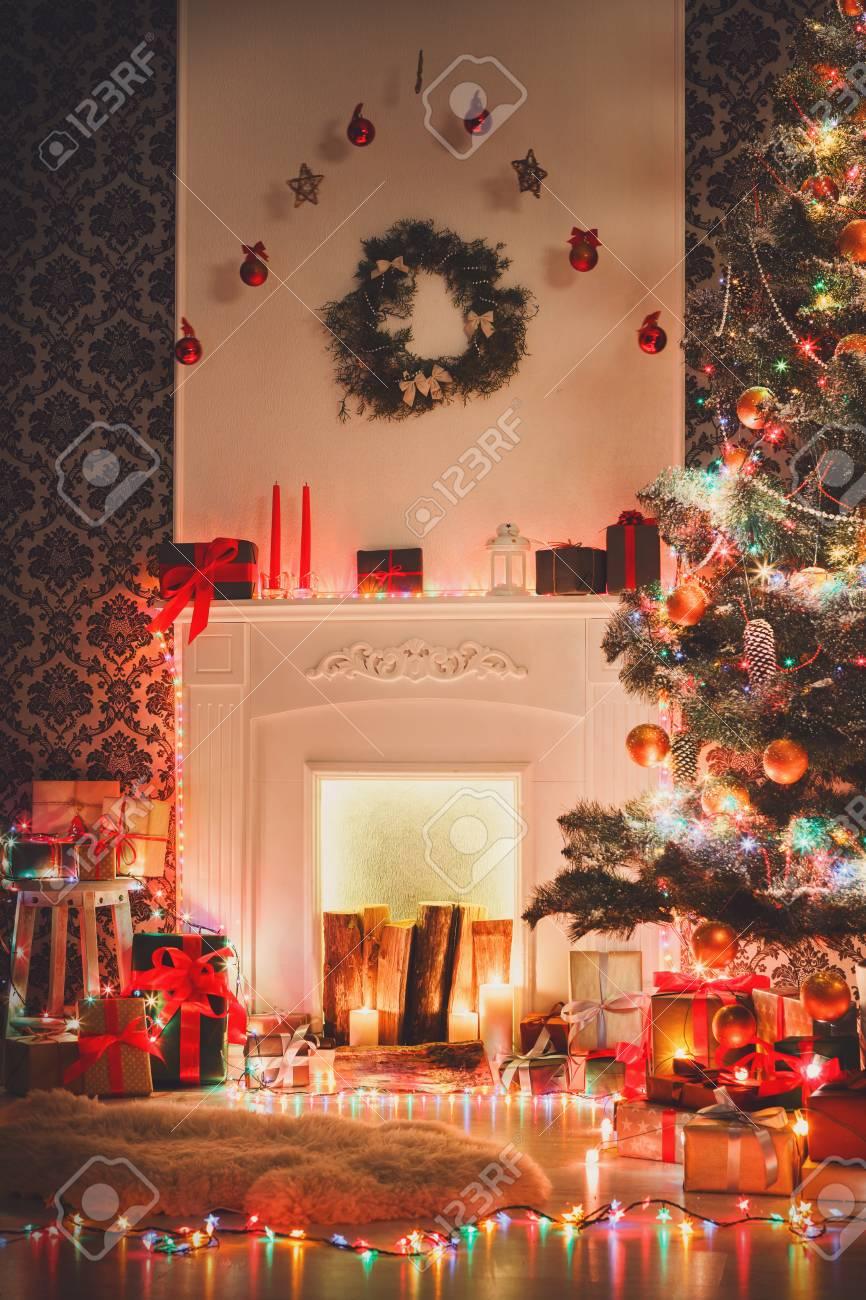 Navidad Decoración De Su Cuarto De Estar, Chimenea De Cerca. Luces ...