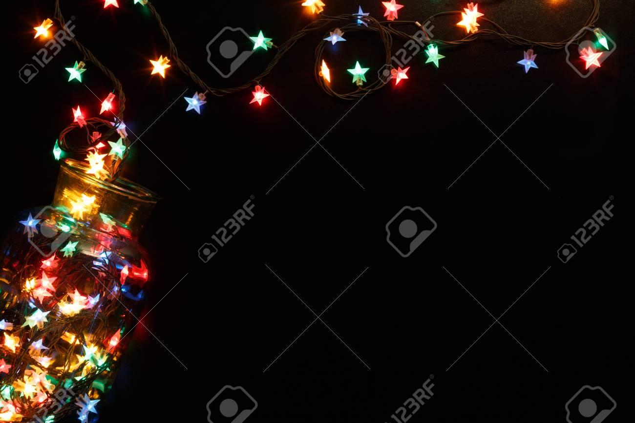 Image Brillante De Noel.Fond De Lumieres De Noel Etoiles Bordure Brillante De Guirlande De Vacances Ecartee Du Pot En Verre Vue De Dessus Sur Le Noir Decorations