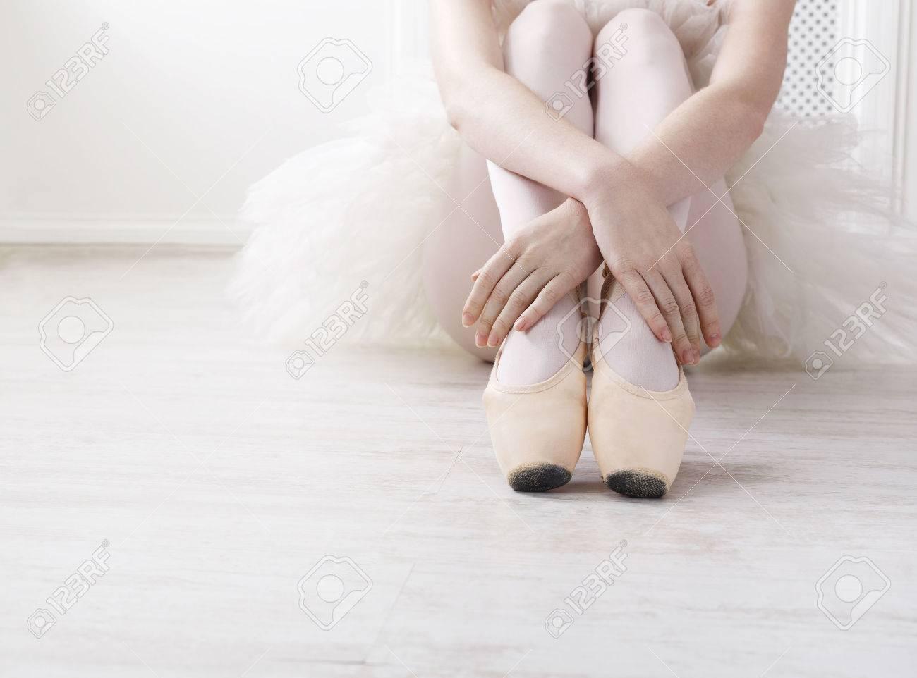 c8e35c6bc Detalle de las piernas de bailarina jóvenes, se sientan en zapatillas de  punta en blanco suelo de madera, con copia espacio. la práctica de ballet.  ...