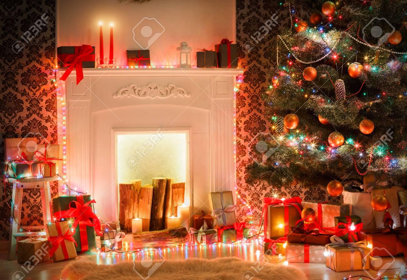 Weihnachten Wohnzimmer Dekorationen. Schöne Weihnachtsbeleuchtung Kranz,  dekoriert Weihnachtsbaum in der Nähe Kamin. Moderne Innenarchitektur,