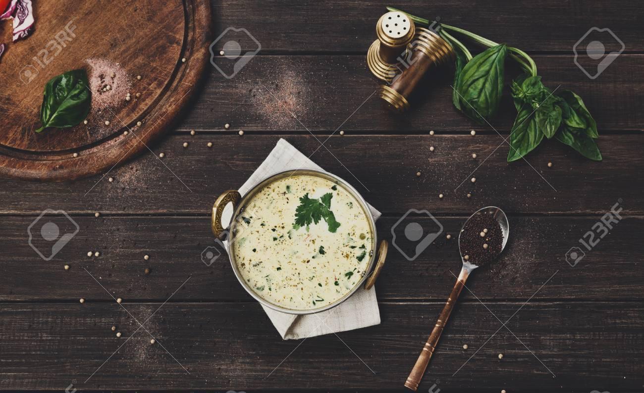 Vegan Und Vegetarisches Gericht, Kalte Sommerjoghurt-Rasensuppe In ...