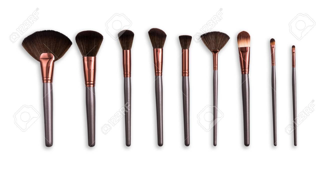 Banque d images - Cosmétiques et beauté. Pinceaux de maquillage mis en ligne  sur fond isolé blanc 1d10edaa56fd