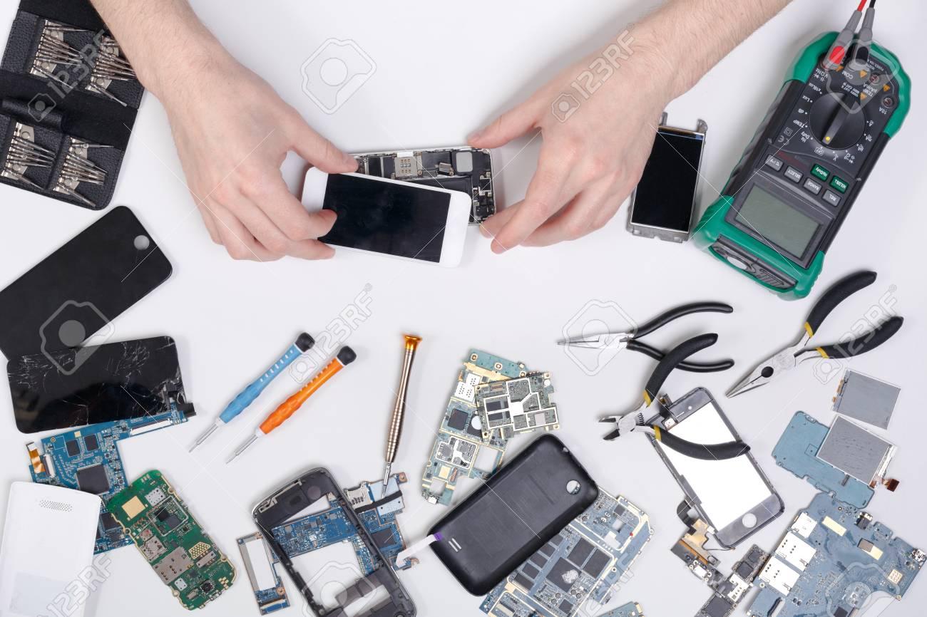 53bd2a98d05 Foto de archivo - Reparación de teléfonos celulares en el centro de servicio,  disipación de teléfonos inteligentes y diagnóstico, vista superior del  lugar ...