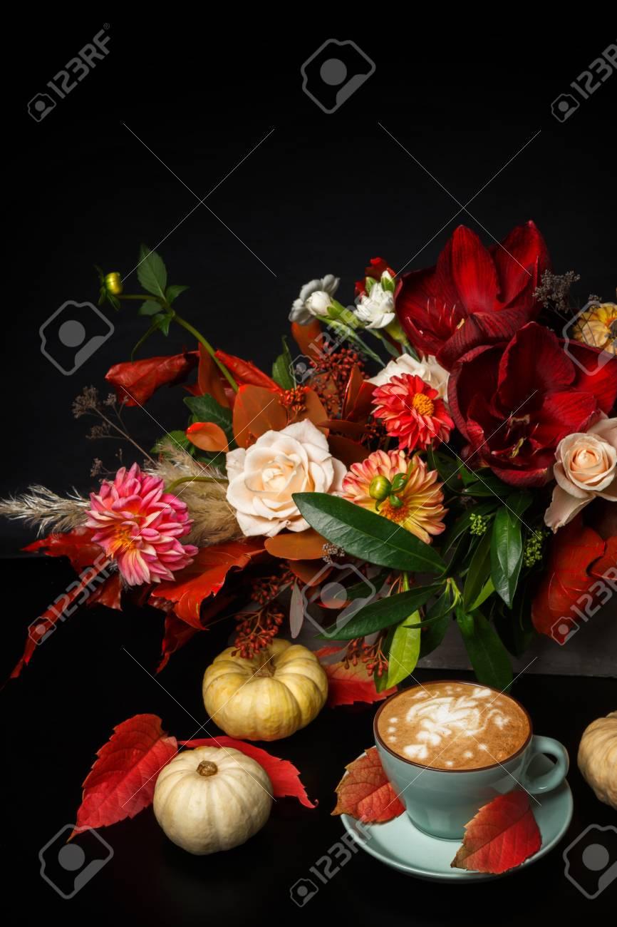 Fiori Belli.Immagini Stock Cappuccino E Bouquet Di Fiori Belli Still Life