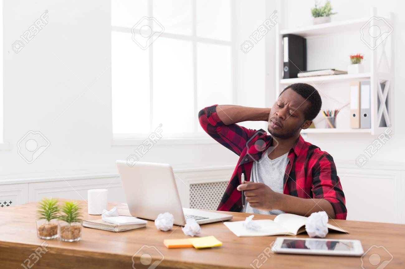 Homme d affaires noir fatigué au bureau en casual travail avec