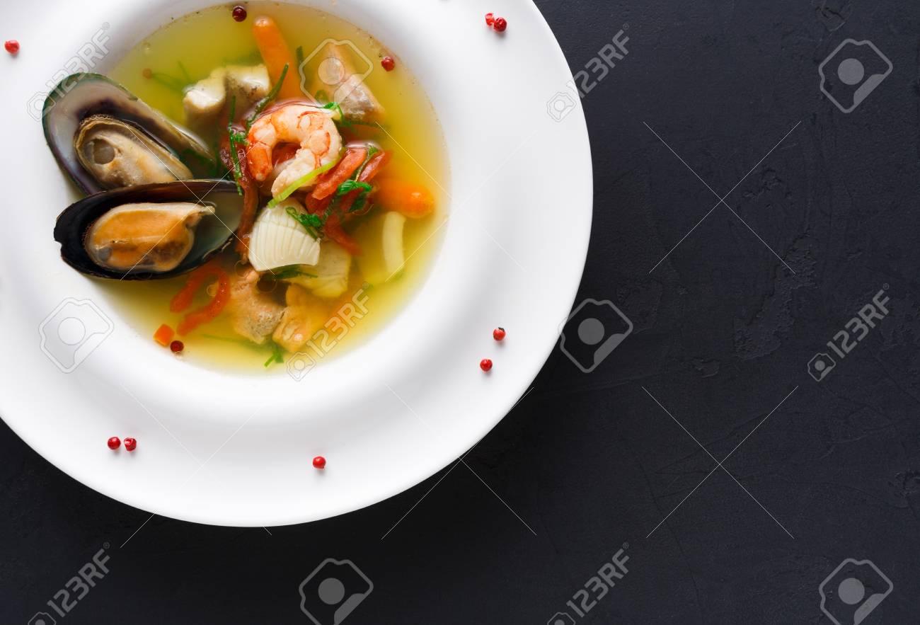 Restaurant De Cuisine Francaise Soupe De Fruits De Mer Au Poisson Blanc Crevettes Et Moules En Assiette Saupoudree D Epices Repas Exclusifs