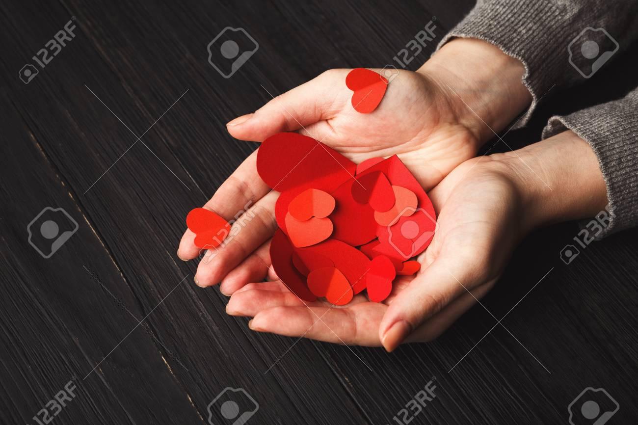 Fond De Valentine Avec Des Coeurs Papier Main Bricolage Dans Les Mains Femmes Au Milieu Planches Bois Noir Vintage Day Cartes Visite