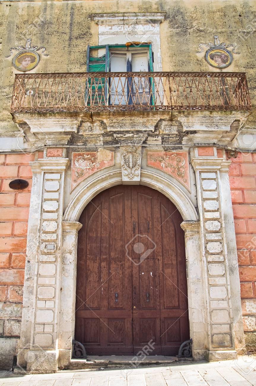 歴史的な宮殿。ジノーザ。プーリア州。イタリア。 の写真素材・画像 ...