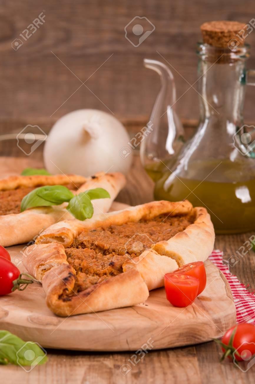 Türkische Pide Pizza Mit Fleisch Und Zwiebeln Lizenzfreie Fotos