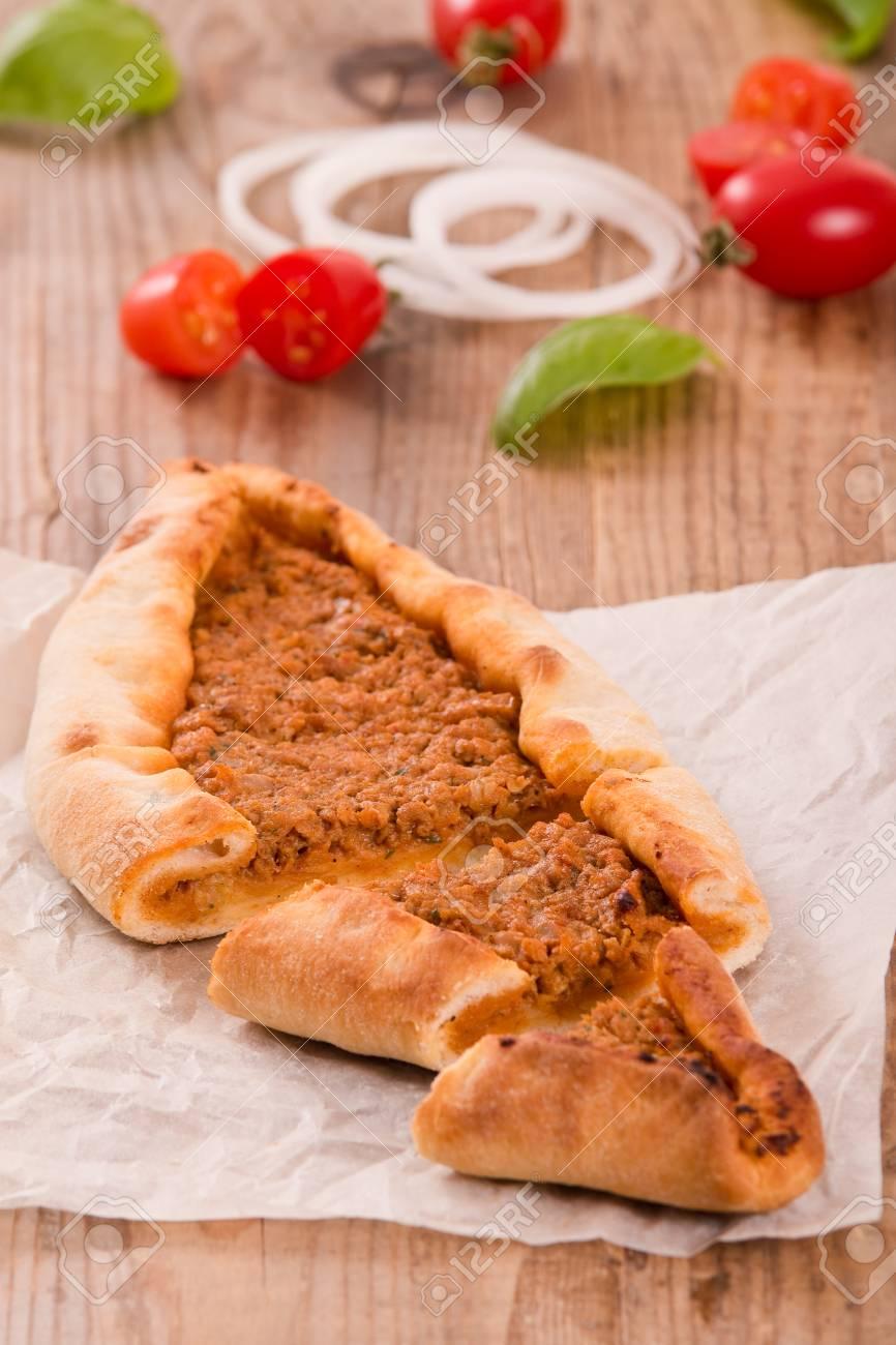 Türkische Pide Pizza Mit Fleisch Und Zwiebel Lizenzfreie Fotos
