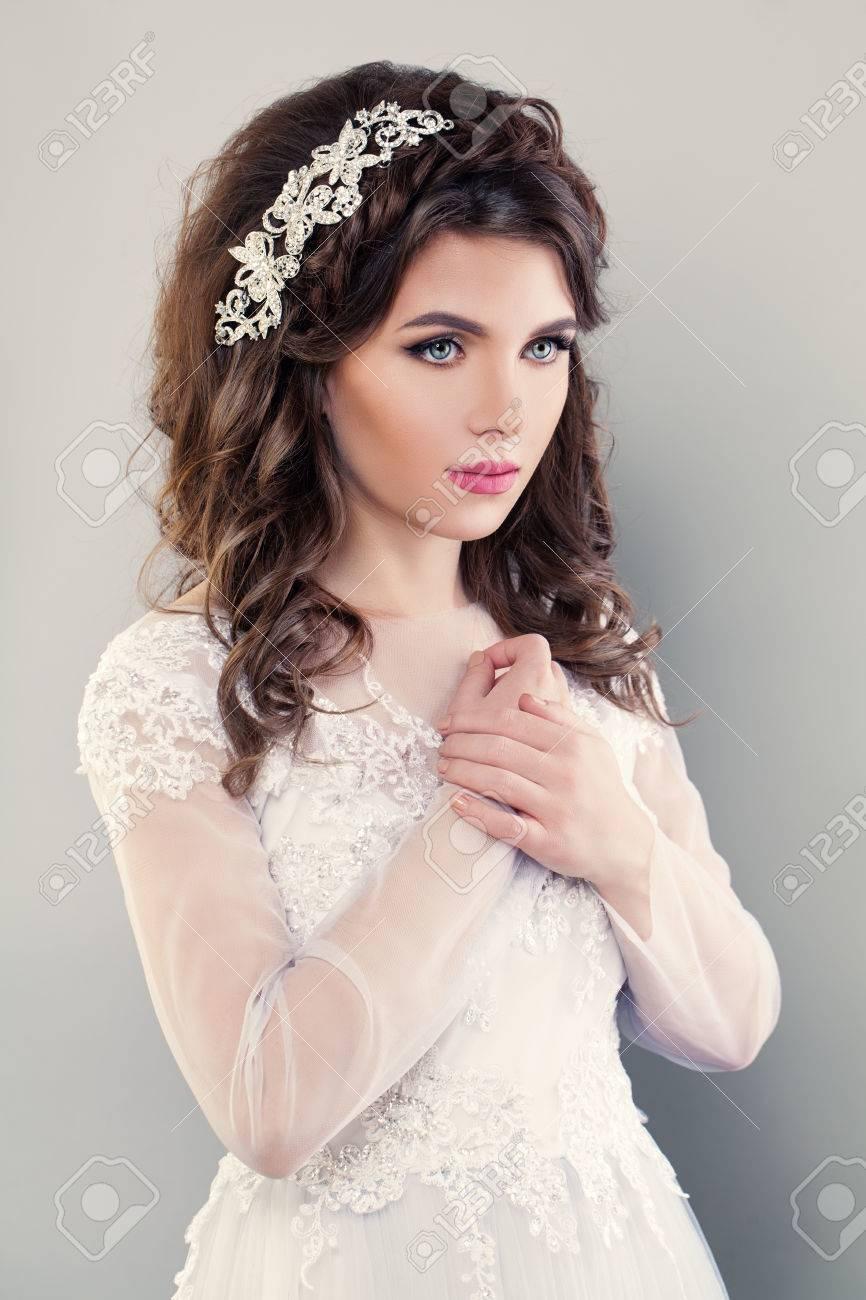 Nizza Verlobtes Mädchen Mode Model. Porträt Der Braut Im Weißen ...