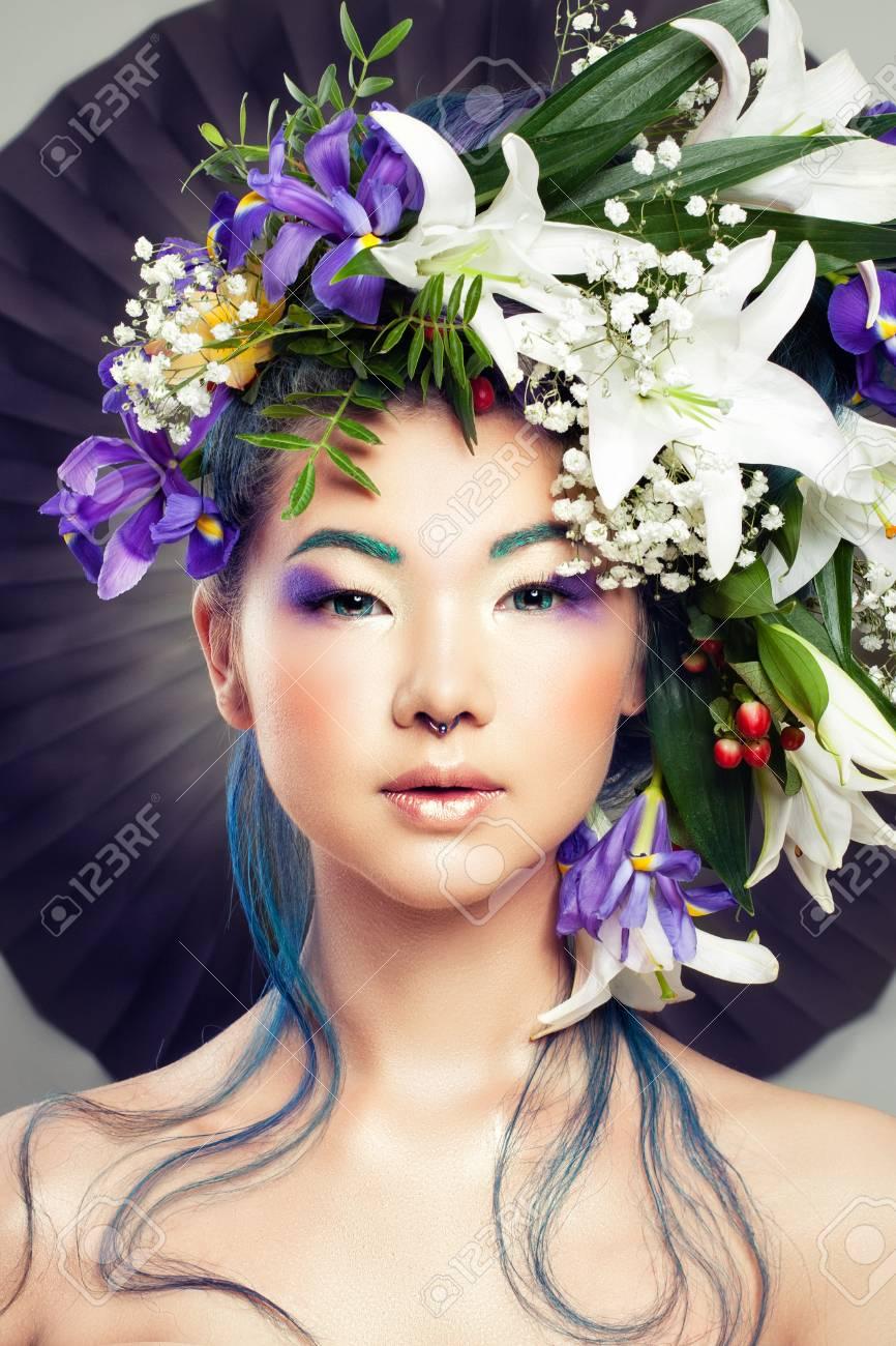 Portrait Floral De Belle Femme Modèle Avec Des Fleurs Vives Et