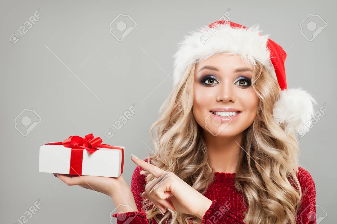 Glückliches Weihnachtsfrauen-Mode-Modell Mit Weihnachtsgeschenk ...