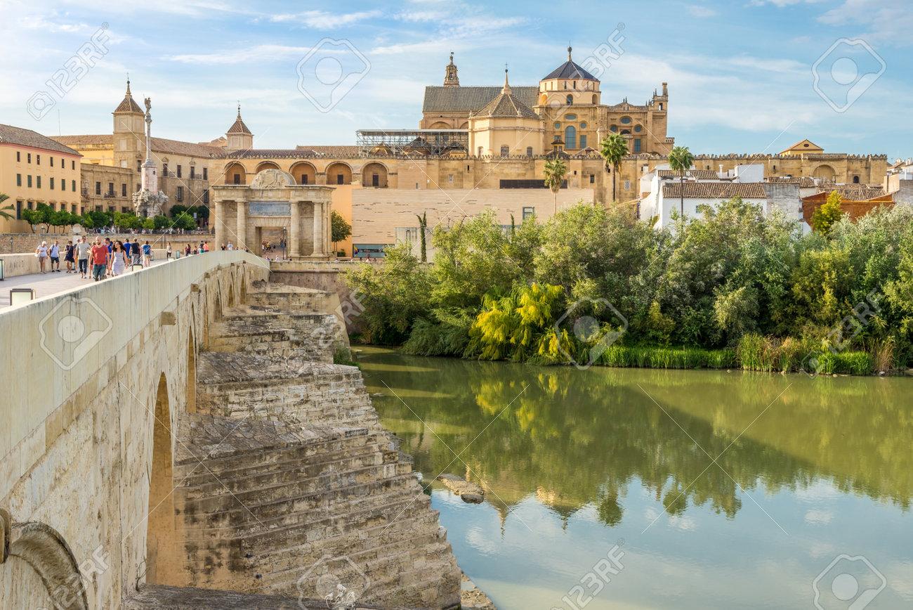 Cordoba Espagne Octobre 1 2017 Vue A La Mosquee Cathedrale Du Vieux Pont Romain A Cordoue Cordoue Est Une Ville D Andalousie Au Sud De