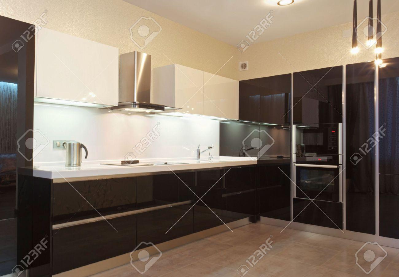 Noir et blanc cuisine moderne brillant banque d'images et photos ...