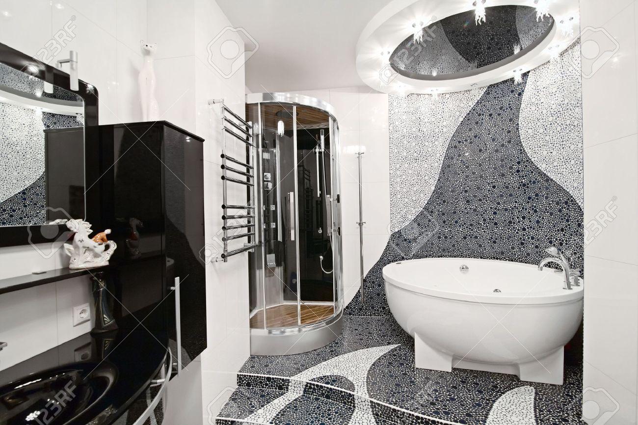 De Badkamer In Zwart-wit Stijl En Een Prachtige Mozaïek Royalty ...