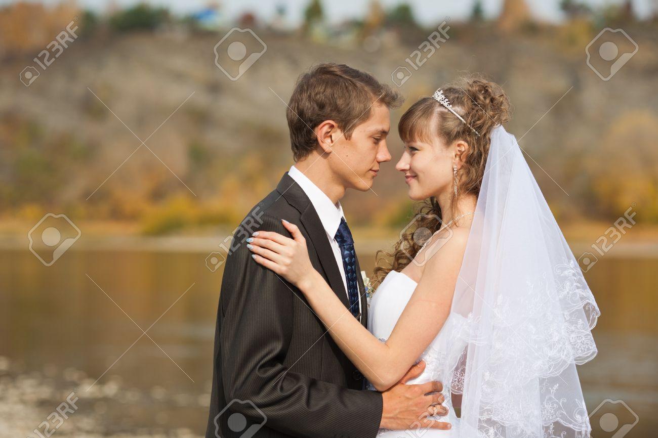 c04b29e4b Feliz pareja de jóvenes recién casados   - día de la boda Foto de archivo