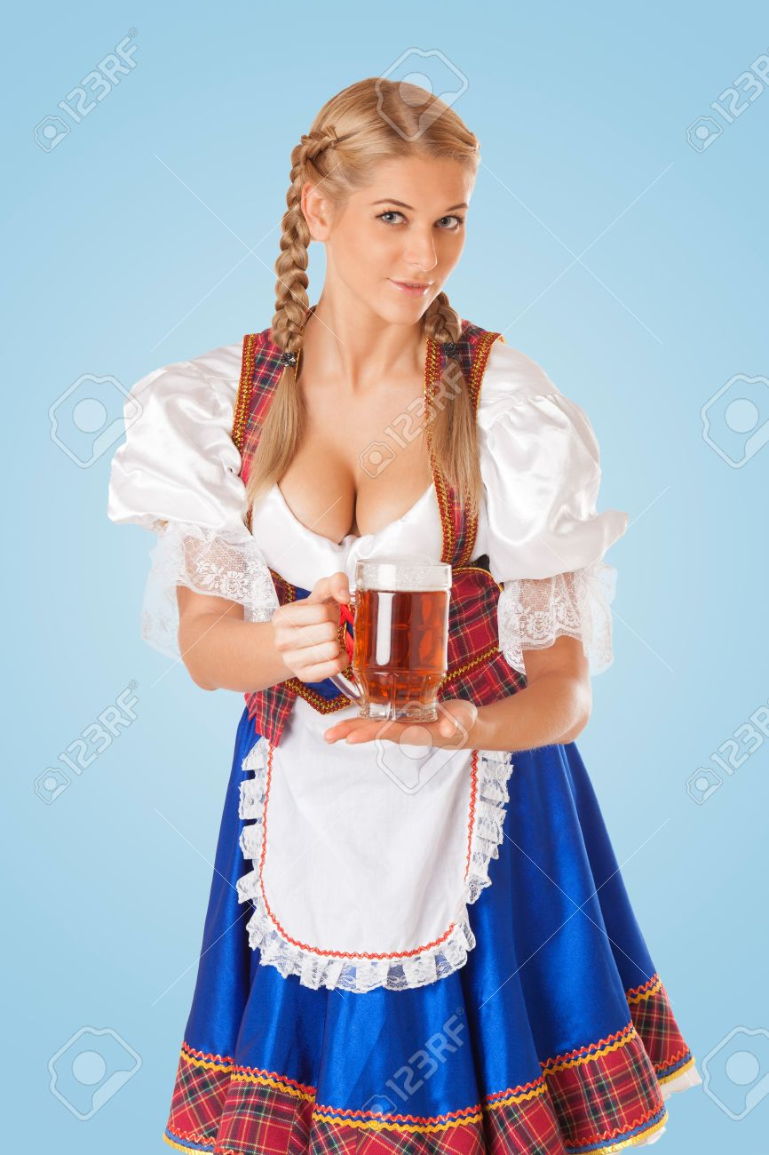 plus récent e0a13 b13e9 Jeune femme sexy Oktoberfest vêtue d'une robe bavaroise dirndl traditionnel  servant des tasses de bière
