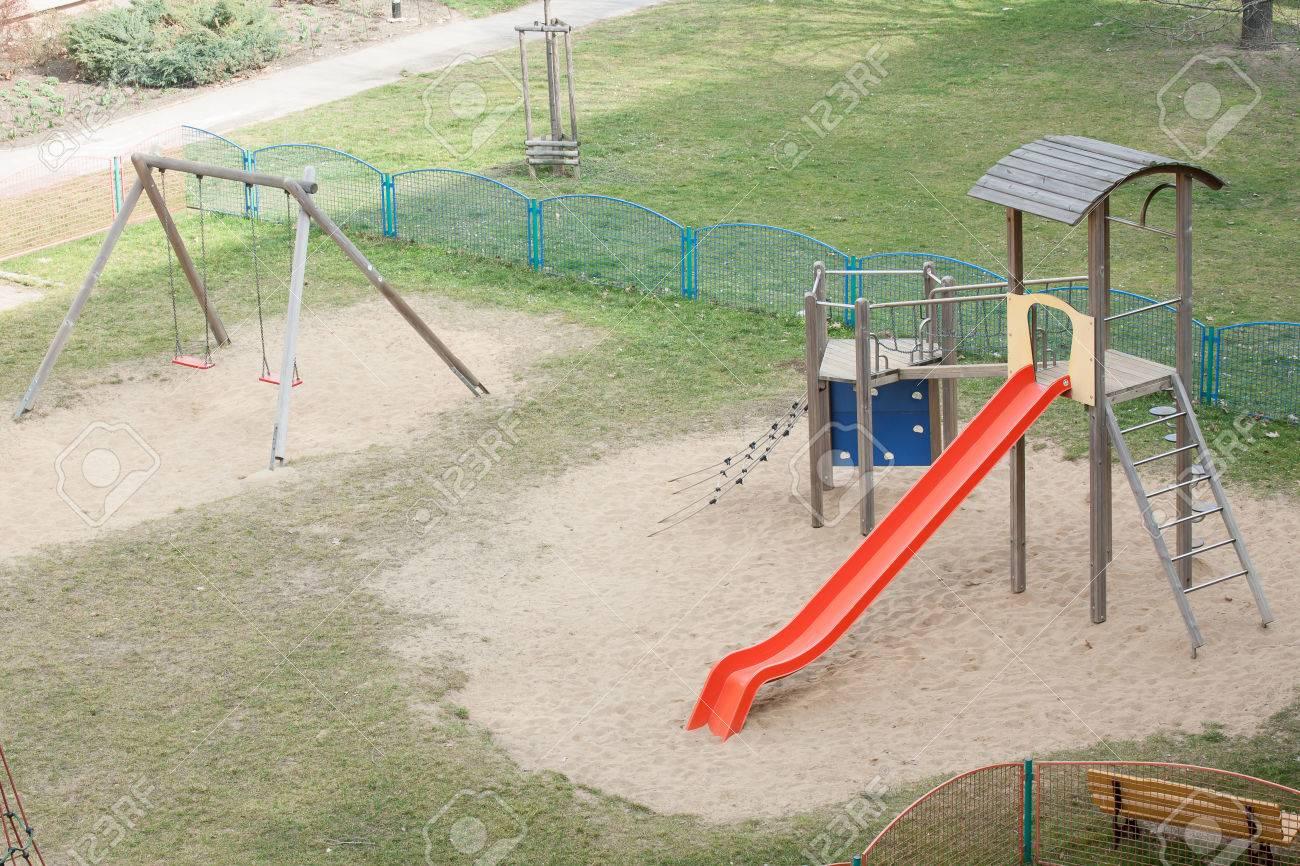 Spielplatz Mit Garten Und Klettergerüst Für Kinder Lizenzfreie Fotos ...
