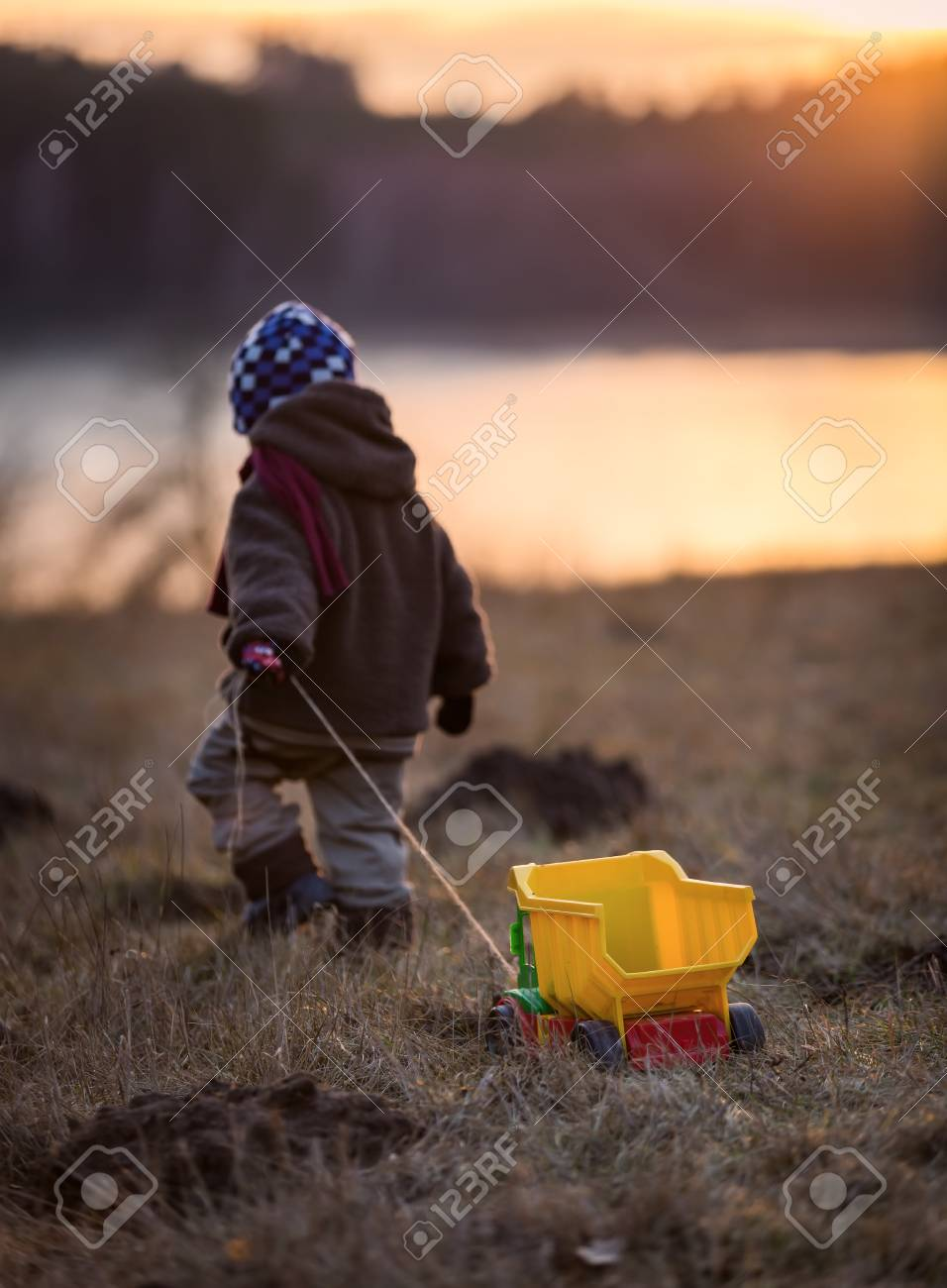D'une Lumière En Voiture L'enfant Dorée De Air Petit Photo Avec Jouant JouetBelle Plein Une Garçon T13FcKJl