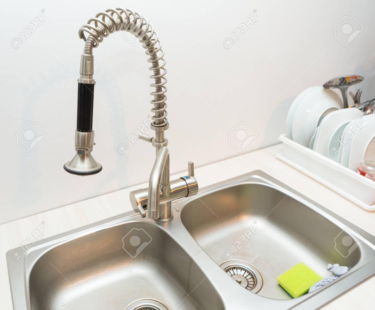 Küchenspüle Und Wasserhahn . Schließen Sie Oben Von Der Küche Auf ...