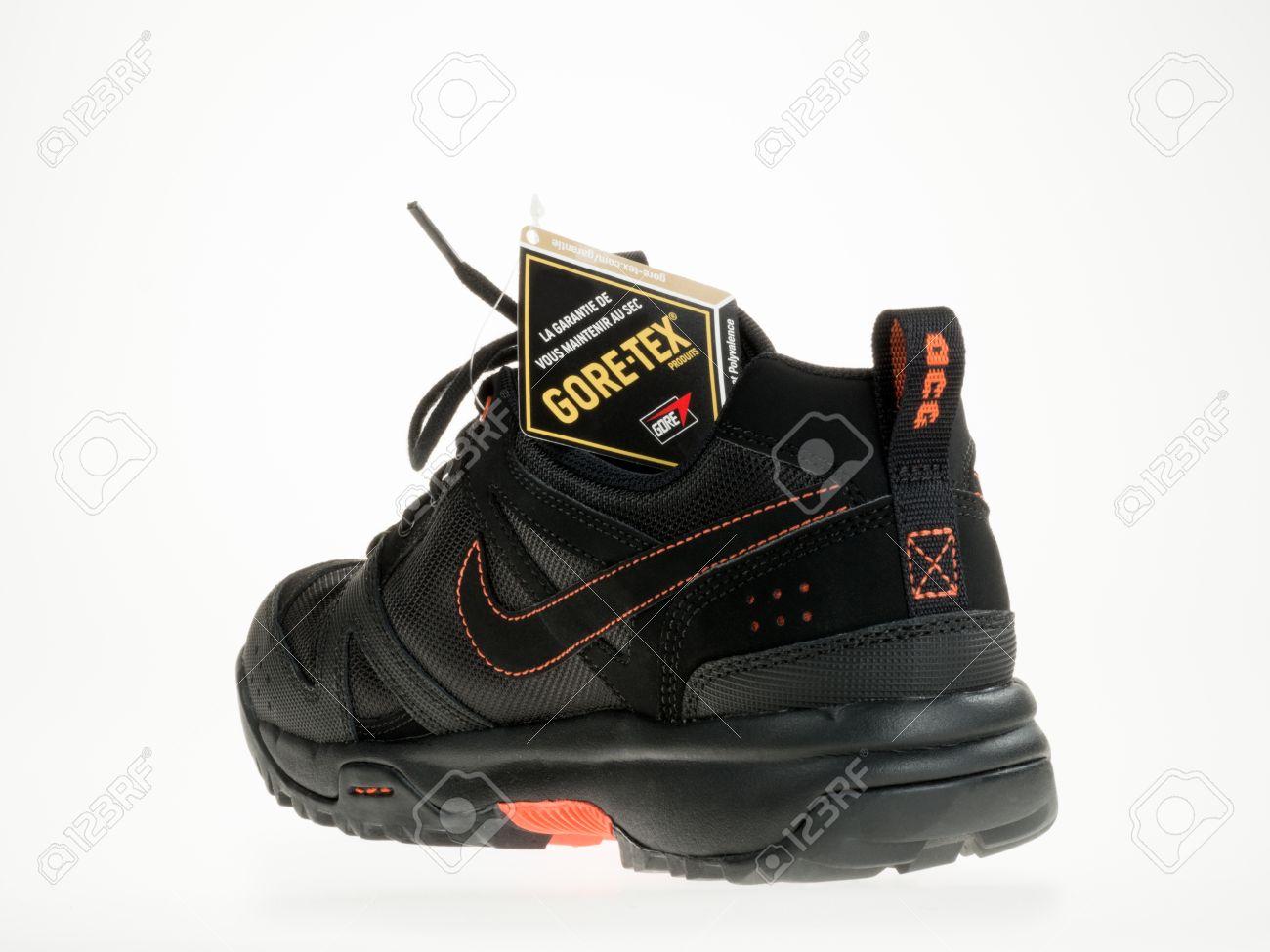 Istanbul, Turkije 5 februari 2014 Nieuwe Nike wandelschoen met Gore Tex Logo Genomen in studio en geïsoleerd op wit