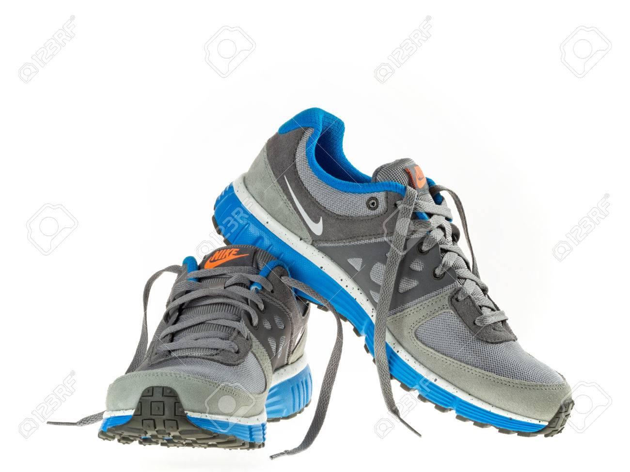 Istanbul, Turkije 21 februari 2014 Nieuwe stijl nike schoenen Genomen in studio en geïsoleerd op wit