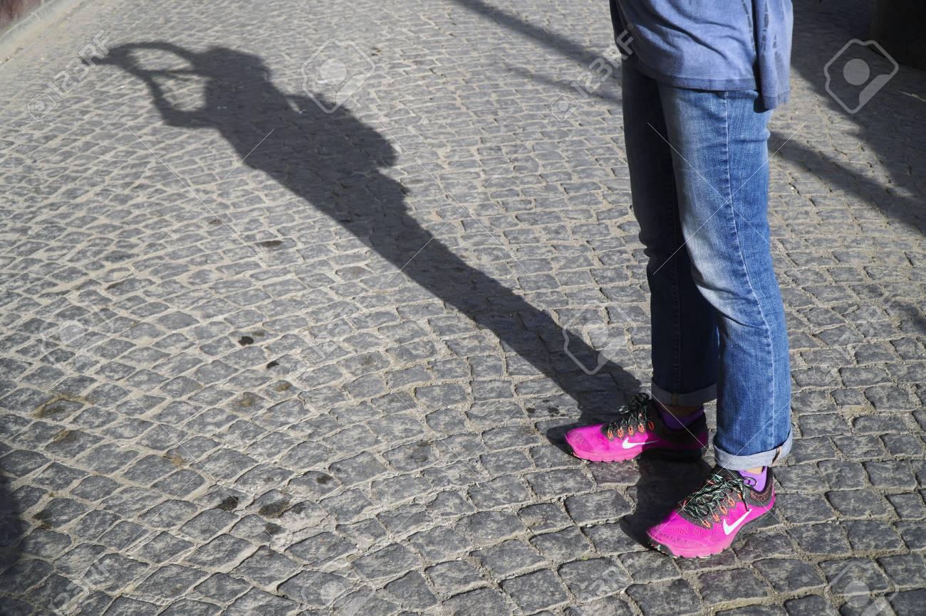 saltar Regulación exhaustivo  Estambul, Turquía - 16 De Octubre 2016: El Nuevo Estilo Zapatillas Nike De  Color Rosa Con Jean En La Calle En El Pavimento De Adoquines. También Hay  Una Sombra Fotógrafos. Fotos, Retratos,