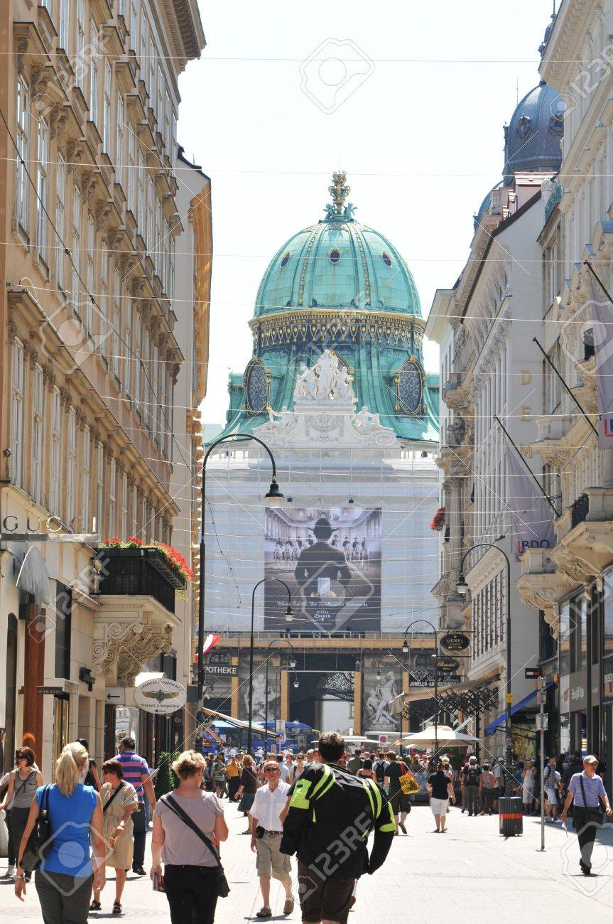 Vienna, Austria - July 10, 2011: Tourists visiting the historical center of Vienna. The famous Hofburg Palace in the background, one of the most important landmarks in Vienna, Austria  Stock Photo - 10738541