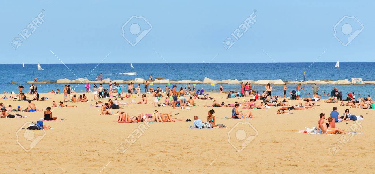 Barcelona Spanien 6 Juli 2012 Touristen Beim Sonnenbaden Am