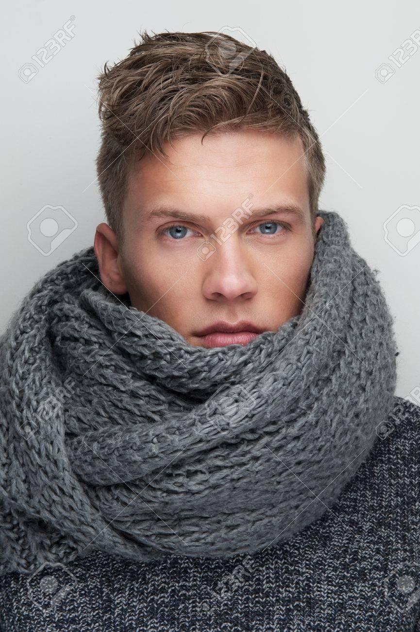 33bee8aaeba Banque d images - Close up portrait d un bel homme avec écharpe en laine