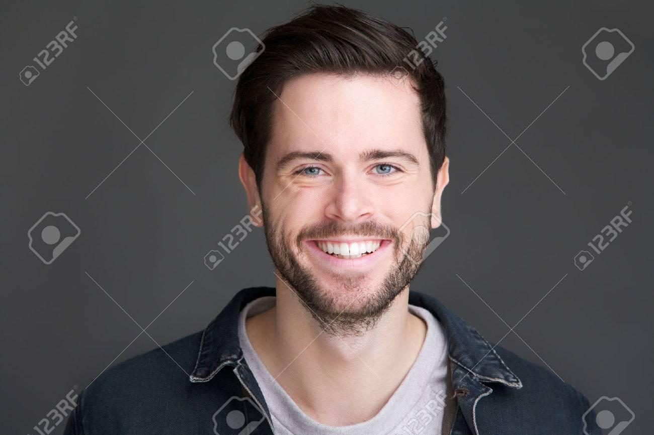Homme Souriant gros plan portrait d'un jeune homme souriant en regardant la caméra
