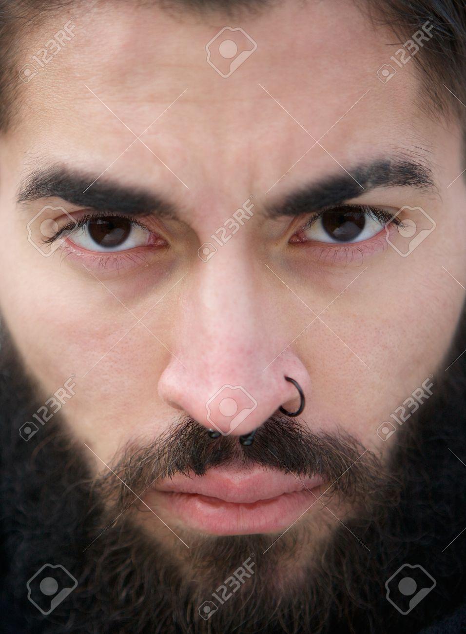 Cierre De La Cara Del Hombre Con La Barba Y Perforación De La Nariz