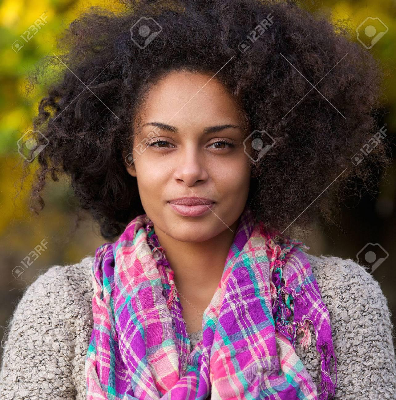 Belle Fille Metisse close up portrait d'une belle jeune femme métisse banque d'images et