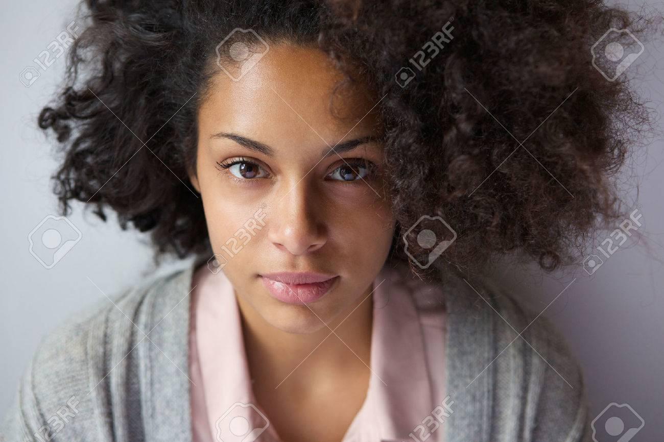 魅力的な若いアフリカ系アメリカ人女性の肖像画を間近します。 の写真 ...