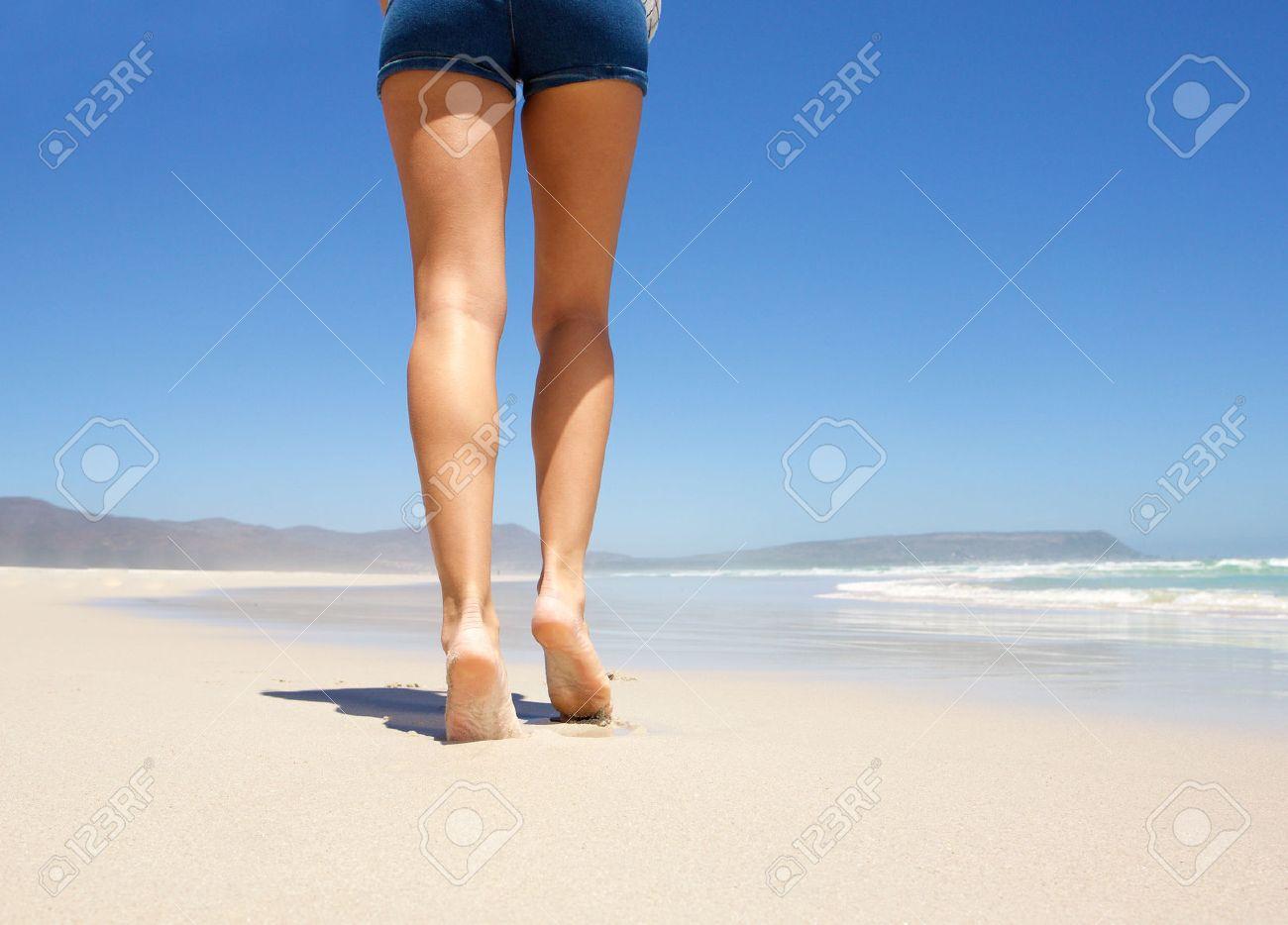 後ろからビーチで裸足で歩く女性の足 の写真素材・画像素材 Image ...