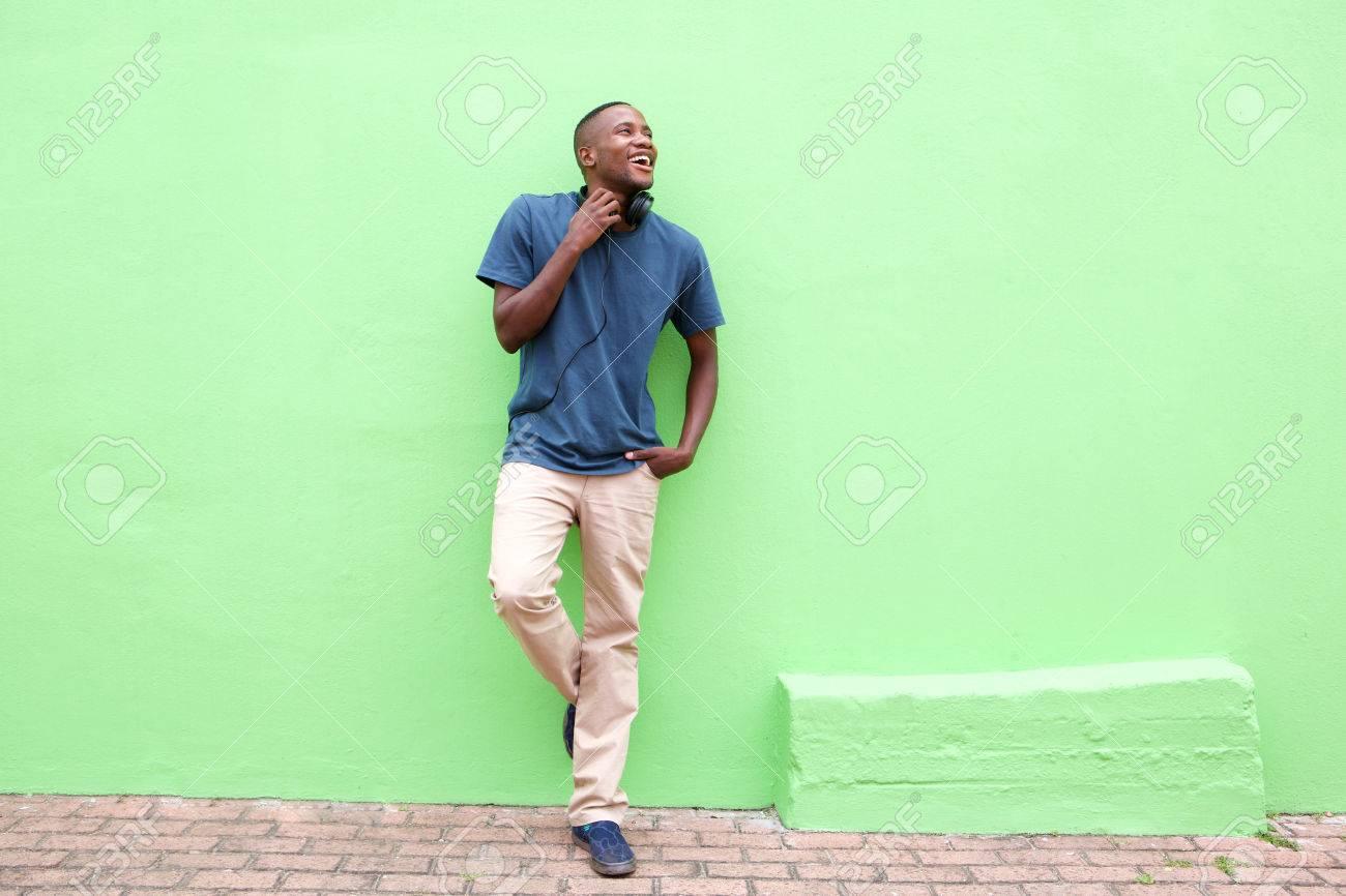 Debout contre le mur