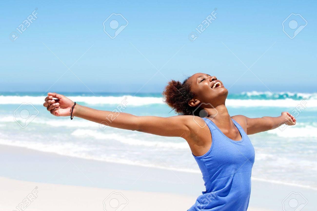 Portrait Von Gesunden Jungen Afrikanischen Frau Stehen Am Strand Mit ...