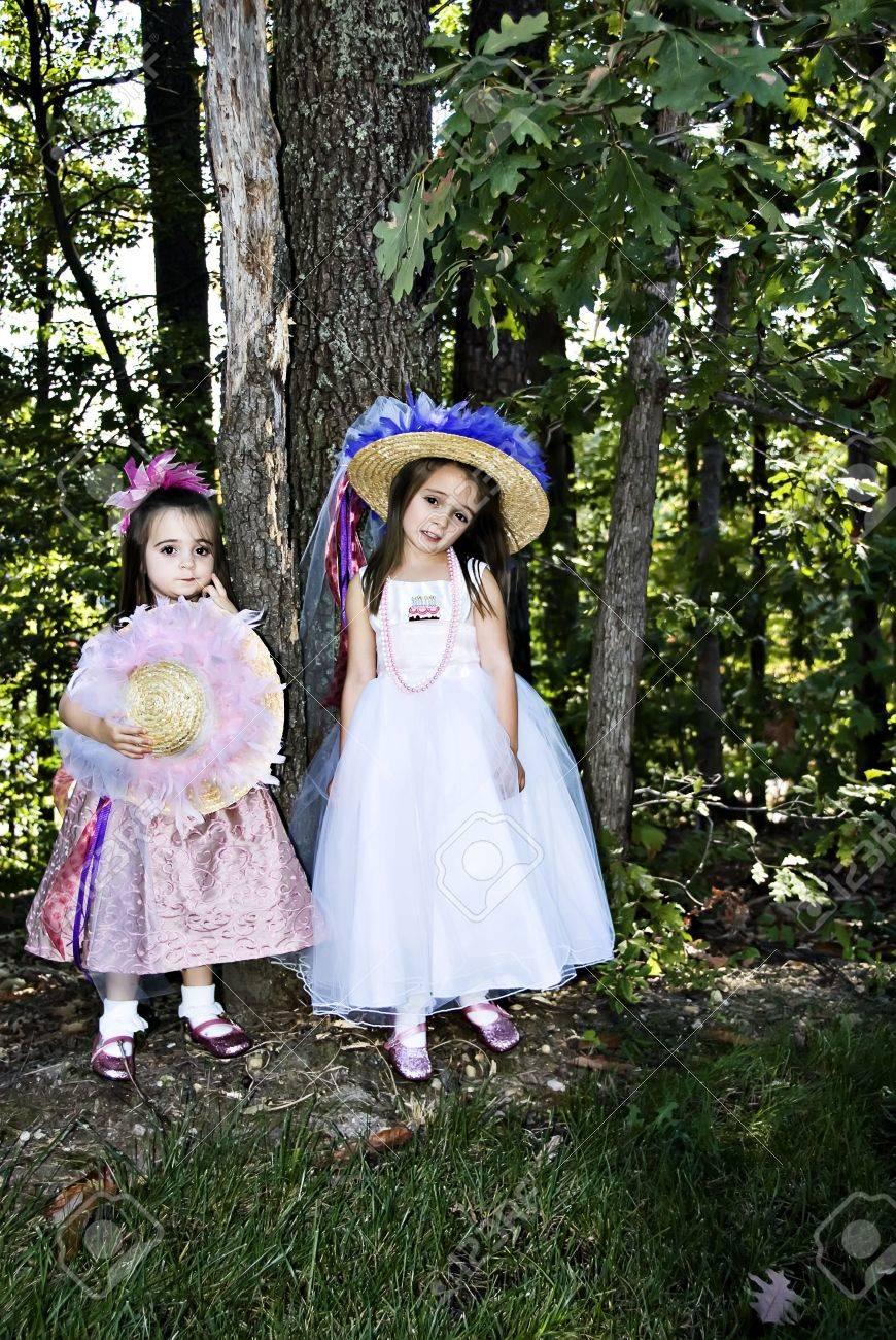 Zwei Kleine Mädchen Mit Hut, Perlen-, Party-Kleider Und Rosa Schuhe ...
